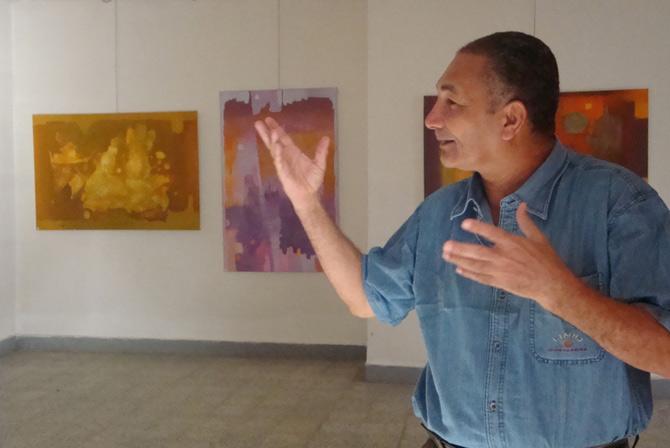 Kamal Hussein explica su exposición. (M. G. P.)