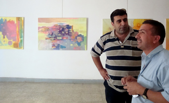 Mohamed Kasim, junto con el gerente de la galería, Haider Hashim. (M.G.P.)