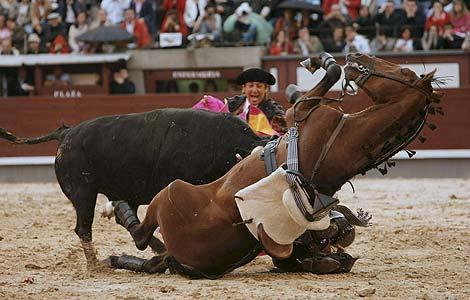 El caballo del rejoneador Pablo Hermoso de Mendoza es corneado por el astado.   Efe
