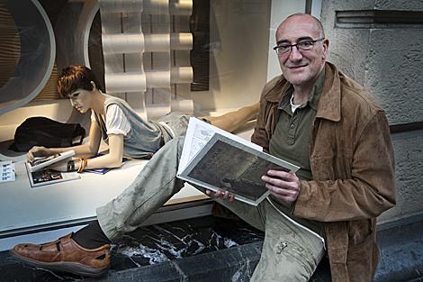 Antonio Altarriba posa con un ejemplar de 'El arte de volar'. | Iñaki Andrés