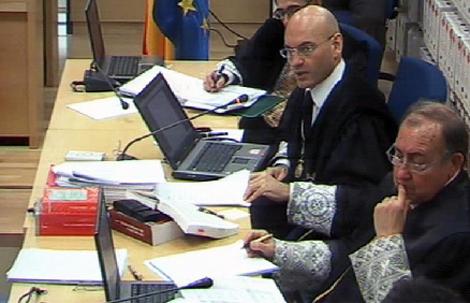 Gómez Bermúdez, en el centro, con Guevara a su derecha y García Nicolás a su izquierda, durante una sesión del juicio. / POOL