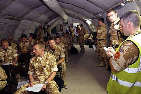 Solddos de la RAF, durante unas maniobras. | RAF