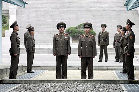 Soldados norcoreanos vigilan la frontera. |Efe
