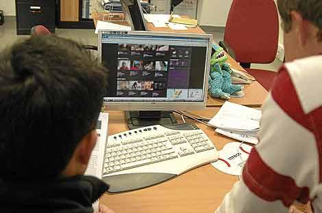 Dos agentes del Grupo de Investigación Tecnológica rastrean una página web.   C. Cuesta