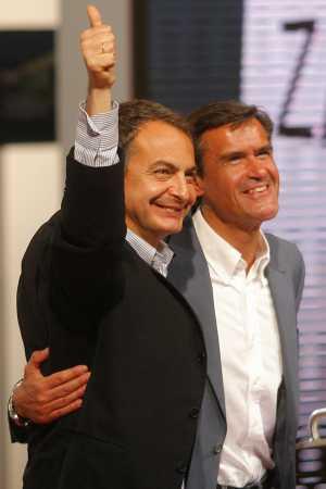 El candidato López Aguilar se abraza a su 'entrenador' Zapatero, en un mitin del pasado 26 de abril (Foto: Antonio Heredia)