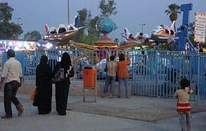 Incluso durante la noche, son muchas las familias que disfrutan del Parque Zawra. (M. G. P.)