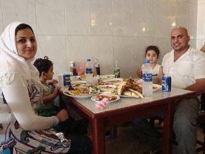 La familia formada por Hussein y Ghada y sus dos hijas disfrutan de un conocido restaurante bagdadí. (M. G. P.)