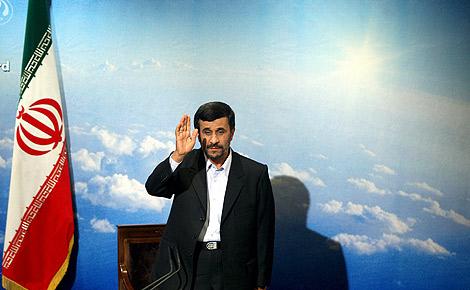 El presidente iraní, Mahmud Ahmadineyad, saluda a los medios a su llegada a una rueda de prensa en Teherán.   Efe