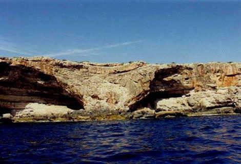 Acantilado en Mallorca en el que los expertos aprecian las huellas de los hundimientos submarinos.   IGME