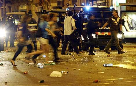 Incidentes entra la Policía y seguidores del Barça en la plaza de Cataluña. | Reuters