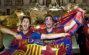Seguidores del Barcelona celebran la victoria de su equipo en las calles de Roma. | Reuters
