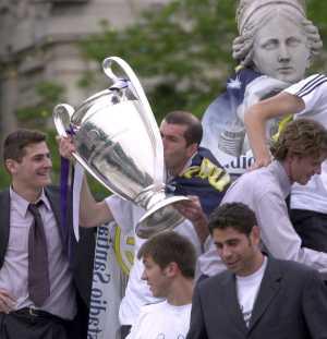 Casillas, Zidane -con la novena Copa en sus manos-, McManaman, Celades y Hierro, subidos a La Cibeles, en la celebración del 16 de mayo de 2002 (Foto: Javi Martínez)