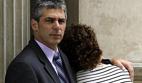 El abogado Dean Masserman posa con una de las españolas denunciantes. | Christian Maury