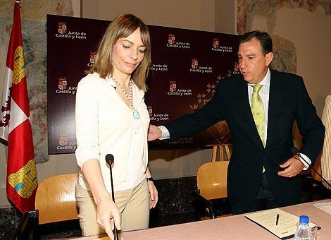 El consejero de Educación, Juan José Mateos, firma un convenio con la presidenta de Microsoft Ibérica, María Garaña. | Ical