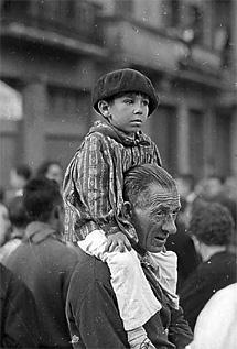 Otra de las imágenes de Sanfermines. (c) Ramón Masats. La Fábrica Editorial
