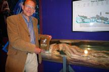 Bernhard Kegel posa junto a un calamar gigante conservado en Luarca. / G. C. D.