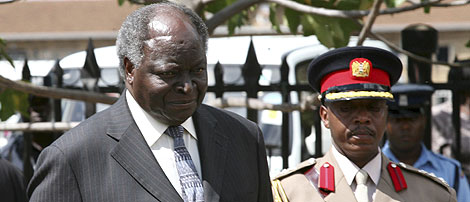 El presidente keniano, Mwai Kibaki, a la izq., llega al Parlamento en Nairobi. | Reuters