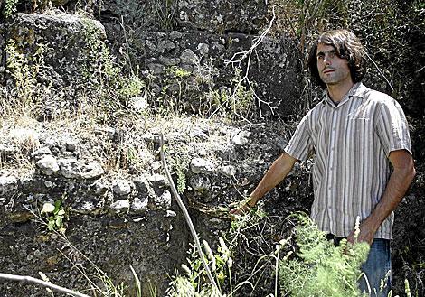 El arqueólogo Pedro Rodríguez Cuevas mostrando estratos urbanos. | Jesús Morón