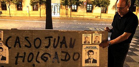 Fco. Holgado pega pasquines por Jerez con la imagen de su hijo