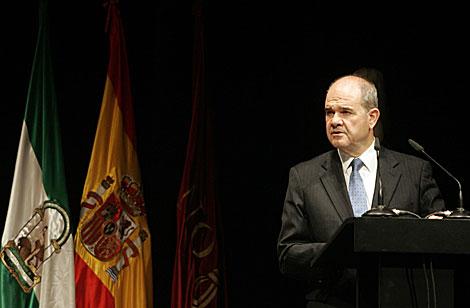 Manuel Chaves, con las banderas de Andalucía y España detrás en un acto en Sevilla el sábado.   Jesús Morón