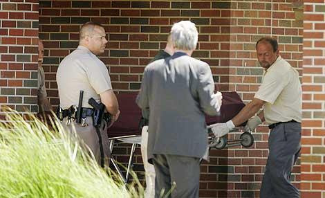 El cadáver de Tiller es sacado de la Iglesia Luterana de la Reforma en Wichita. | AP