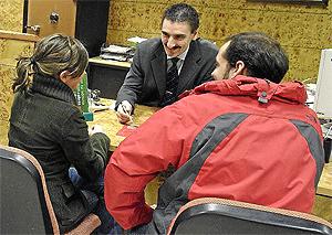 Clientes negocian la contratación de una hipoteca | I. Andrés