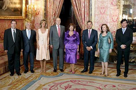 El Rey, la ministra Cristina Garmendia, el secretario de Estado de Investigación, Carlos Martínez-Alonso y los galardonados con los Premios Nacionales de Investigación. | Efe