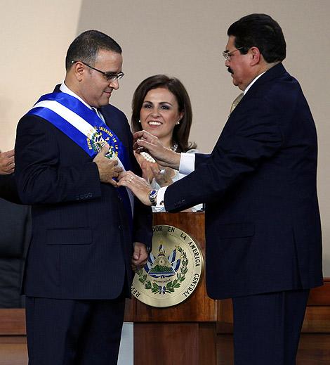 Mauricio Funes, tras recibir la banda presidencial de manos del presidente del Congreso, Ciro Cruz Cepeda., en presencia de su esposa, Vanga Pignata. | AP
