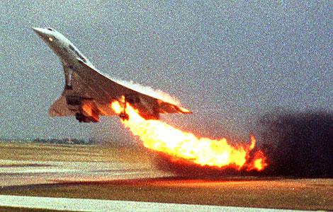 Un Concorde de Air France despega con el tren de aterrizaje incendiado en 2000. | AP