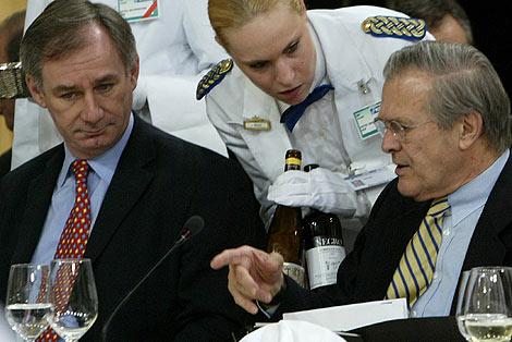 Geoff Hoon (izda.) junto a Donald Rumsfeld, en una reunión de la OTAN.
