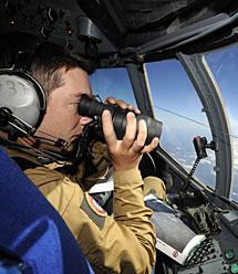 Un militar de las Fuerzas Aéreas francesas en las tareas de búsqueda. | Reuters