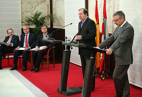 El presidente de la Junta de Castilla y León, Juan Vicente Herrera junto al ministro de Fomento, José Blanco.| Ical