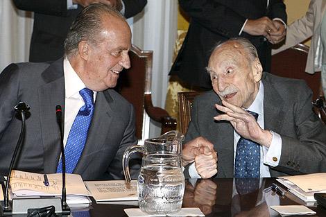 El Rey Juan Carlos conversa hoy con el escritor Francisco Ayala.   Efe.