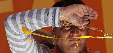 Jiri Paroubek, acosado durante un mitin. | Afp