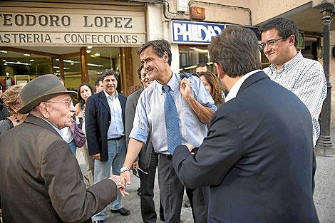 El candidato socialista saluda a un ciudadano en la precampaña | Ical