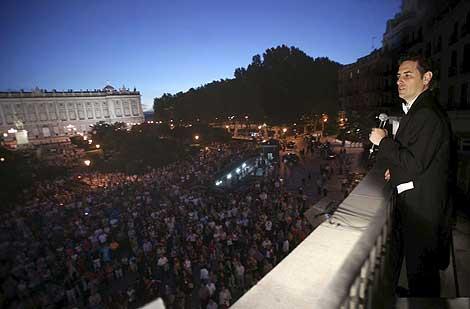 Flórez, cantando en el balcón para el público de la plaza de Oriente. | Efe