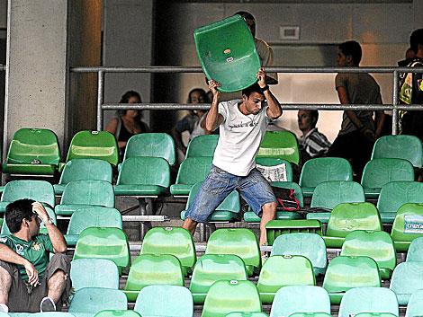 Un hincha parte y lanza una silla del estadio del Betis en el partido del descenso. | Marcamedia