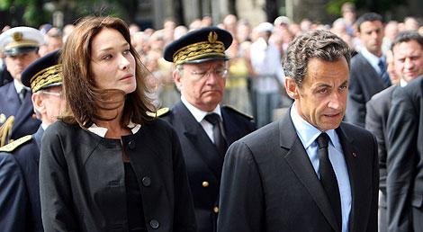 Carla Bruni y Nicolas Sarkozy llegan a Notre Dame.   AFP