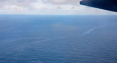 La mancha de aceite del avión, desde el aire. | AP