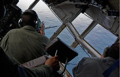 Un Hércules C-130 recorre la zona para encontrar los rastros del avión. | Afp
