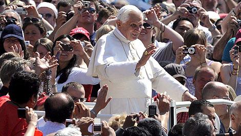 El Papa Benedicto XVI bendice a los fieles congregados en el Vaticano, | Efe