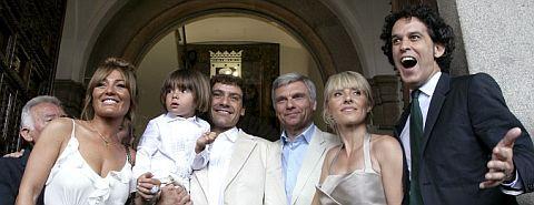 Cayetana Guillén Cuervo (2d), su esposo (3i), y su hijo Leo, acompañados de Zerolo (d) , Amaya Motero (i) y Carles Sans. | Efe
