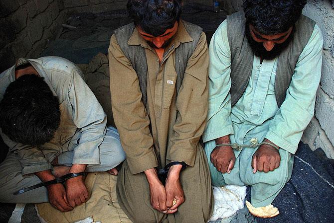 Los tres presuntos talibán detenidos. (Foto: M. B.)