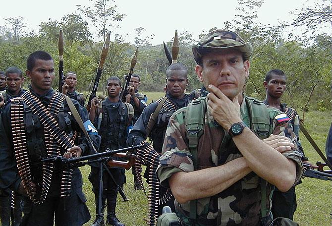 Carlos Castaño con su guardia, cuando estaba al frente de las AUC. (Foto: S. H.-M.)