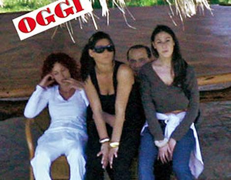 Imágenes publicadas por Oggi, donde se ve a Berlusconi muy cariñoso con unas amigas.