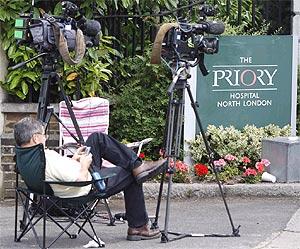 Los medios de comunicación esperan la salida de Boyle, en la puerta del psiquiátrico. (Foto: Reuters)