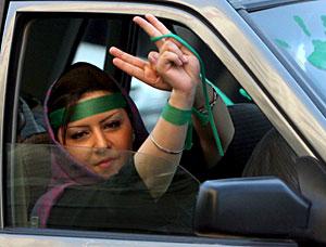 El verde, presente en los coches y en la vestimenta.  EFE/Abedin Taherkenareh.