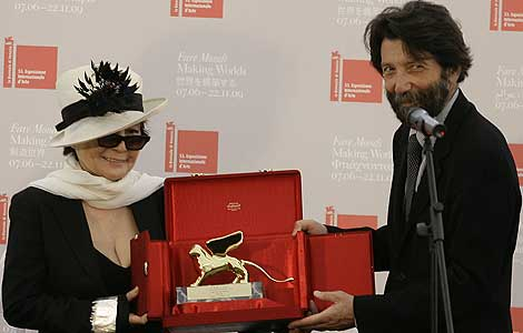 El alcalde de Venecia, Massimo Cacciari, entrega a Yoko Ono el León de Oro. | AP