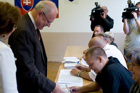 El presidente esloveno , Ivan Gasparovic vota en un colegio electoral de Bratislava. | Efe