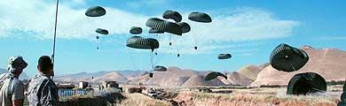 Las provisiones caen del cielo en paracaídas. | Foto: M. Bernabé